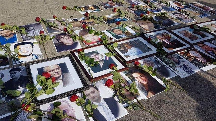 Retratos de familiares en una foto de Familias por la Libertad, una organización formada por familiares de detenidos en cárceles sirias que exigen su libertad.
