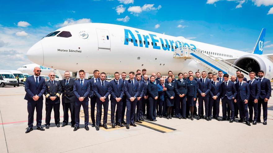 Los jugadores de la Selección Española de Fútbol, junto al presidente de Globalia.