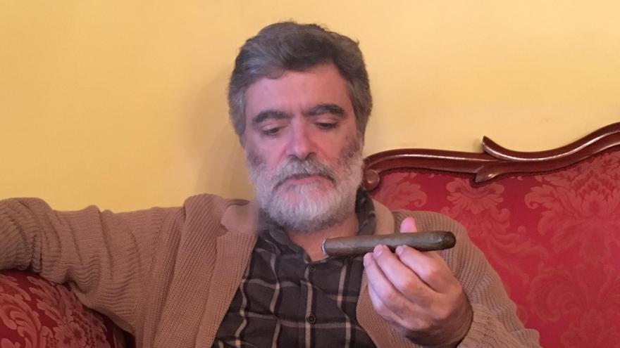 El escritor y filólogo Anelio Rodríguez Concepción disfruta de un puro palmero.