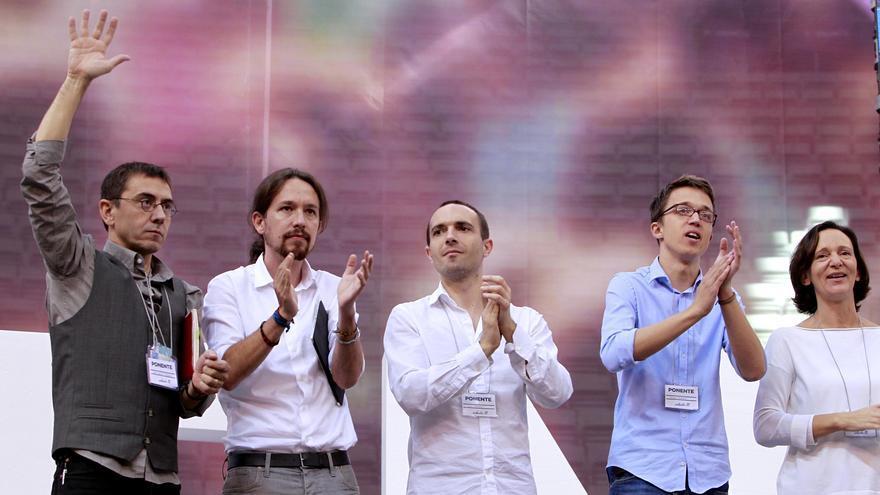 Luis Alegre, en el centro, con Pablo Iglesias e Íñigo Errejón en la asamblea de Vistalegre.