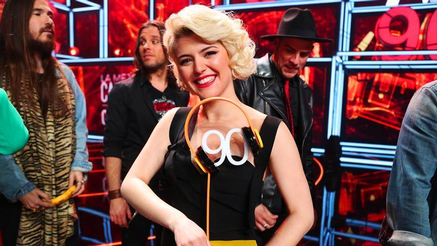 Alba Reche, con el trofeo de 'La mejor canción jamás cantada' de los 90