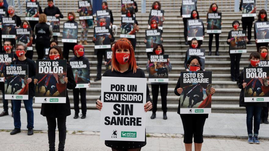 """Medio centenar de personas protestan en Madrid por un San Isidro """"sin sangre"""""""