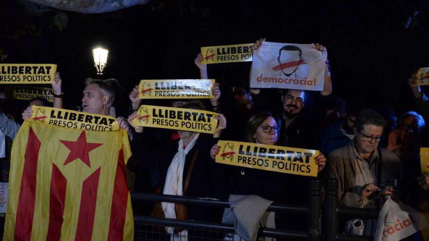 Protesta frente al Parlament para pedir libertad para los exconsellers