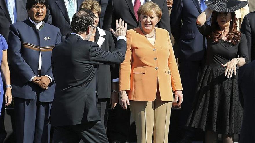 Rajoy y Cristina Fernández se saludan en Chile y tienen una conversación cordial