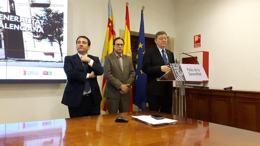 Manuel Illueca, con el conseller de Hacienda, Vicent Soler y el presidente de la Generalitat, Ximo Puig.