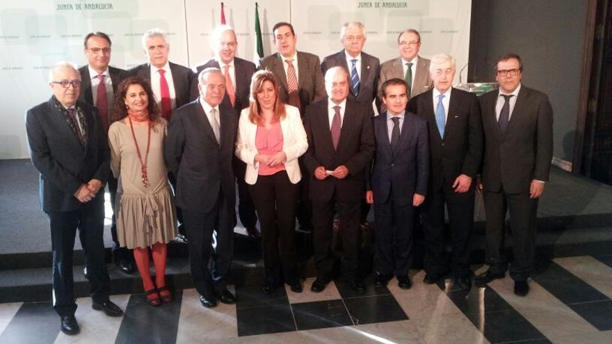 """La presidenta de la Junta y el presidente del Grupo """"la Caixa"""", junto a los consejeros Montero y Maldonado y los miembros del Consejo Andaluz de Cámaras de Comercio,"""