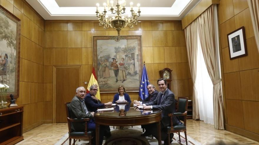 Báñez se reúne hoy con los líderes de CC.OO., UGT, CEOE y Cepyme para hablar de la subida del SMI