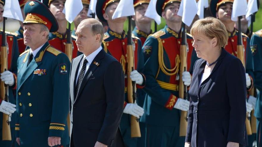 Putin y Merkel abogan por superar cuanto antes las diferencias