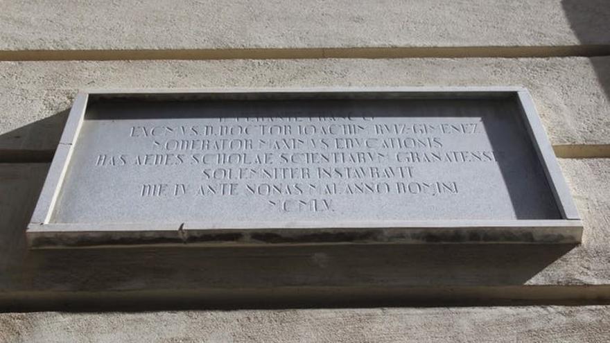 Placa que conmemora la inauguración del edificio emplazado donde estaba el antiguo gobierno civil en 1955.
