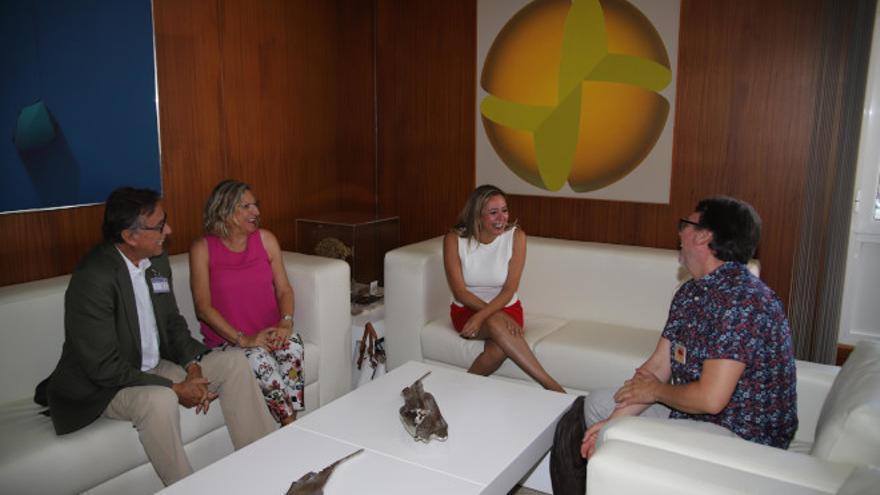 Un momento de la reunión entre representantes de la asociación cultural sin ánimo de lucro Escultura César Manrique y la presidenta del Cabildo de Lanzarote, María Dolores Corujo..