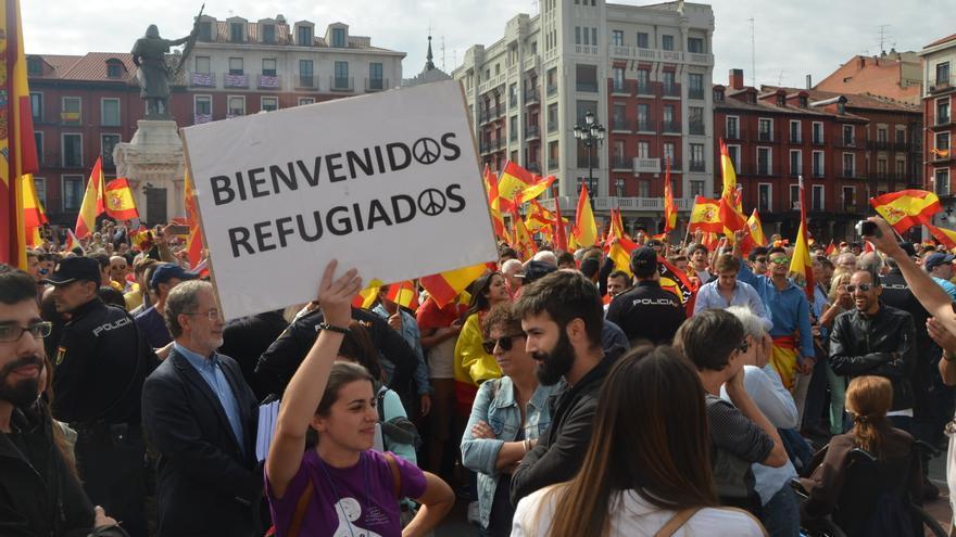 Manifestantes contra el referéndum del 1-O junto a una concentración a favor de los refugiados