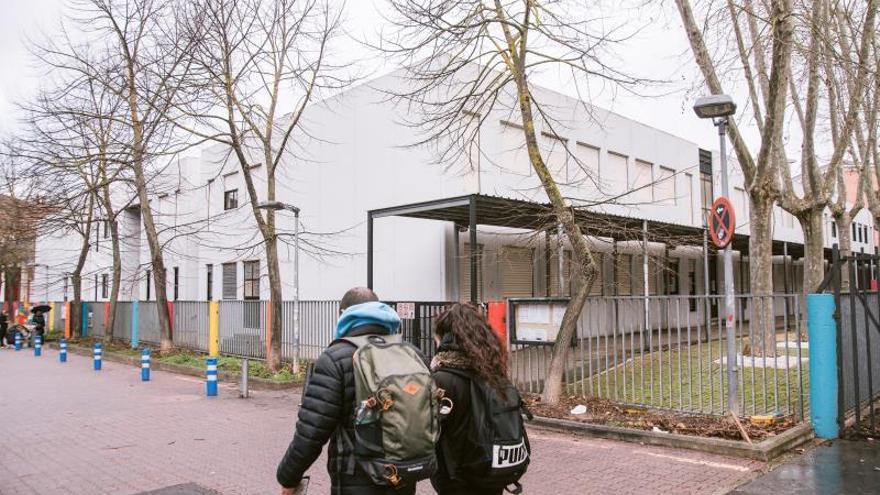"""Vista del colegio publico Vitoriano """"Odon Apraiz"""" en Vitoria que ha cerrado este lunes sus puertas al alumnado """"hasta nuevo aviso"""" para evitar el contagio ante los casos de coronavirus que se han diagnosticado estos últimos días en el centro escolar."""