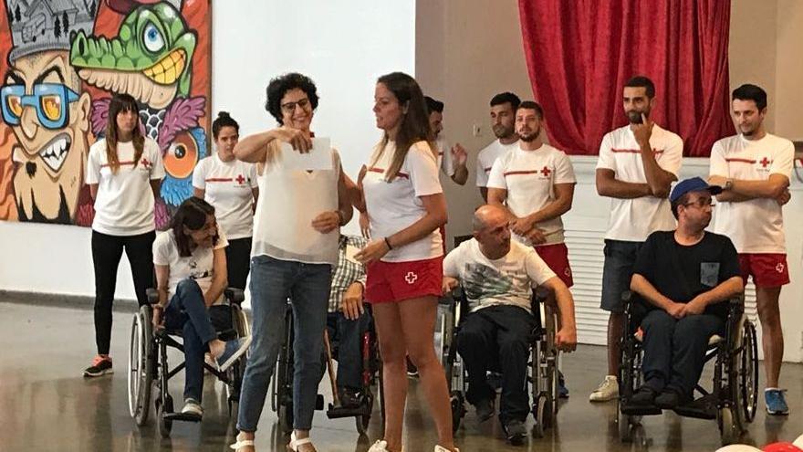 La consejera de Asuntos Sociales, Jovita Monterrey, con miembros del equipo de 'Verano sin barreras'  y personas que se han beneficiado del proyecdto.
