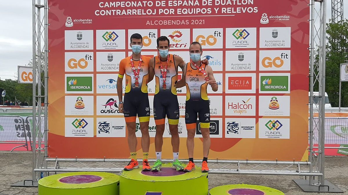 Deportistas del Montilla-Córdoba Triatlón celebrando el bronce