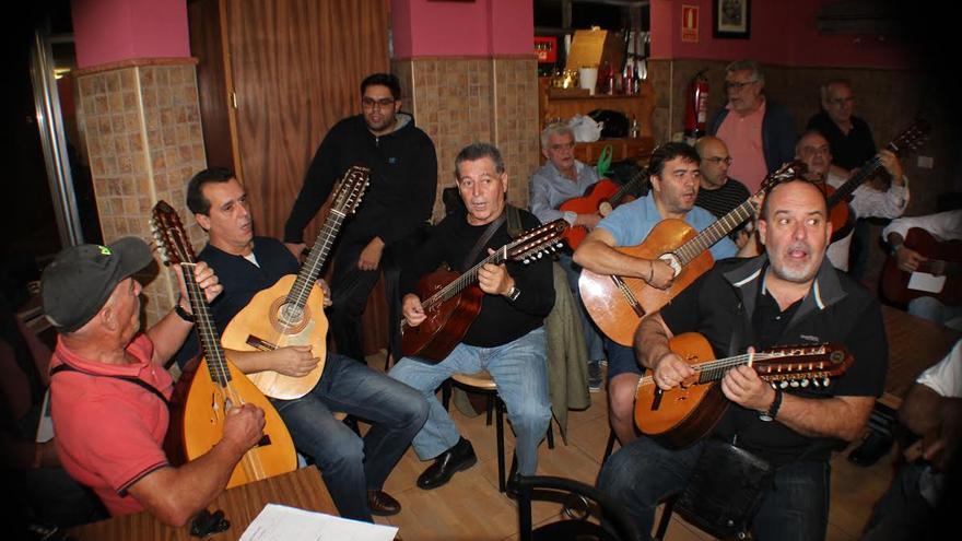 Amigos de Lo Divino, durante uno de los ensayos el Kiosco Eliseo.