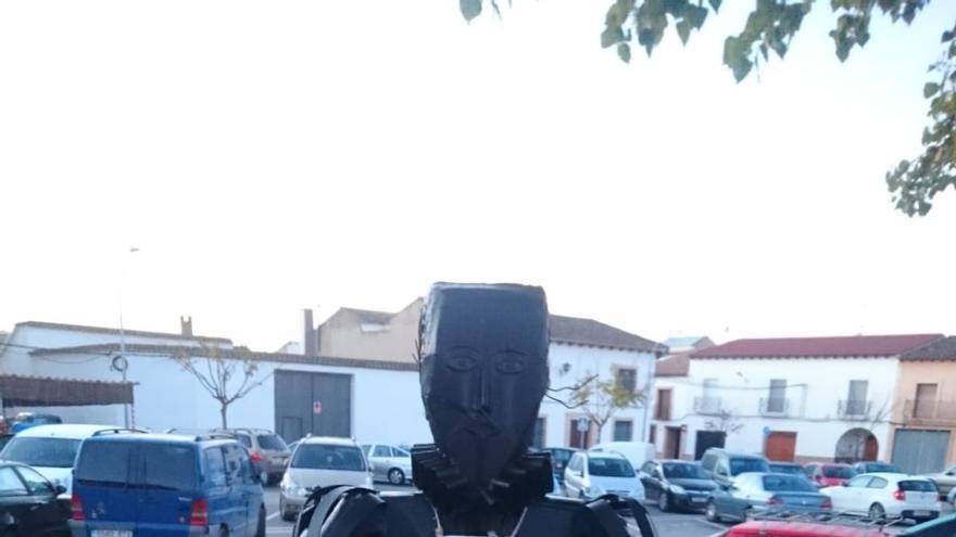 La estatua de Cervantes en Mota del Cuervo amaneció con señales de Stop Macrogranjas
