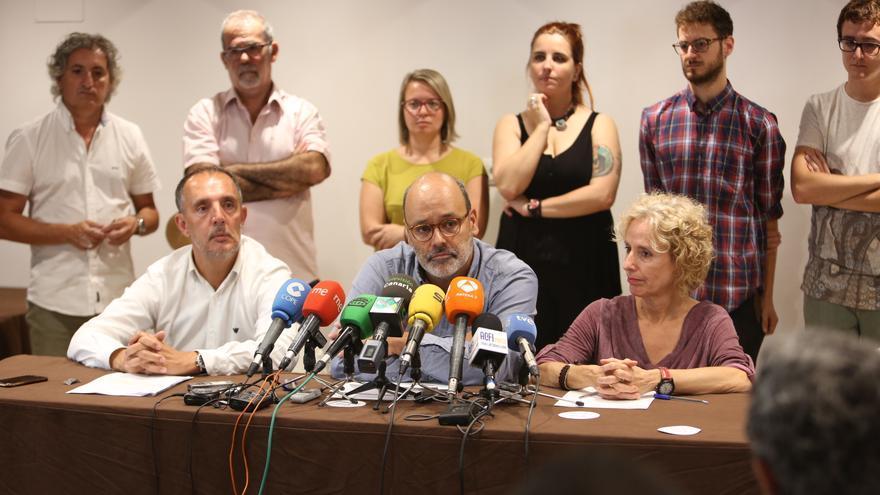El abogado de Pedro Sánchez; el vicepresidente segundo del Cabildo de Gran Canaria, Juan Manuel Brito y la consejera de Igualdad María Nebot (ALEJANDRO RAMOS)