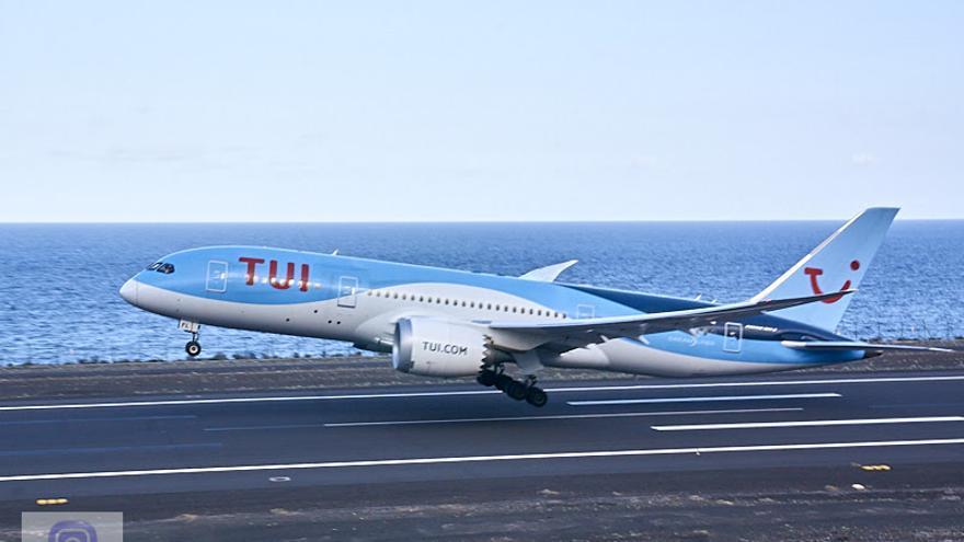 Momento del aterrizaje de la aeronave. Foto: JOSÉ F. AROZENA.