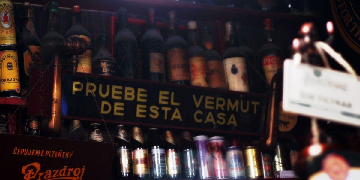Cartel promocionando el vermut en La Ardosa | RAQUEL ANGULO