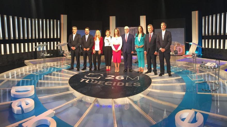 Los participantes en el debate de TVE Canarias antes de dar comienzo su grabación, en la tarde de este jueves.