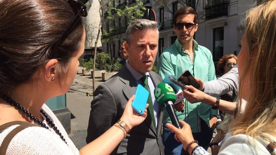 Joaquín Solanas comparece ante los medios frente a Génova. | LEALTAD POPULAR