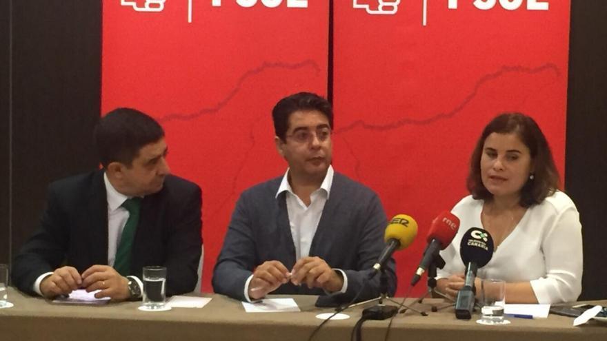 Franciso Reyes, de la FEMP, con Pedro Martín a su lado, en el centro de la imagen, este viernes