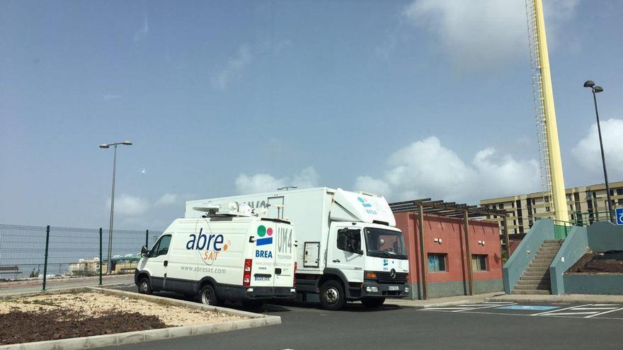 Unidades móviles de Brea Producciones estacionadas en el parking público del Gran Canaria Arena.