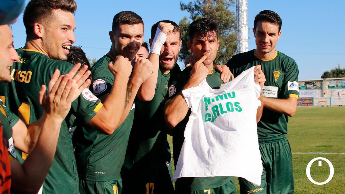 """Los jugadores del Córdoba portan una camiseta con el mensaje: """"Ánimo, Carlos"""""""