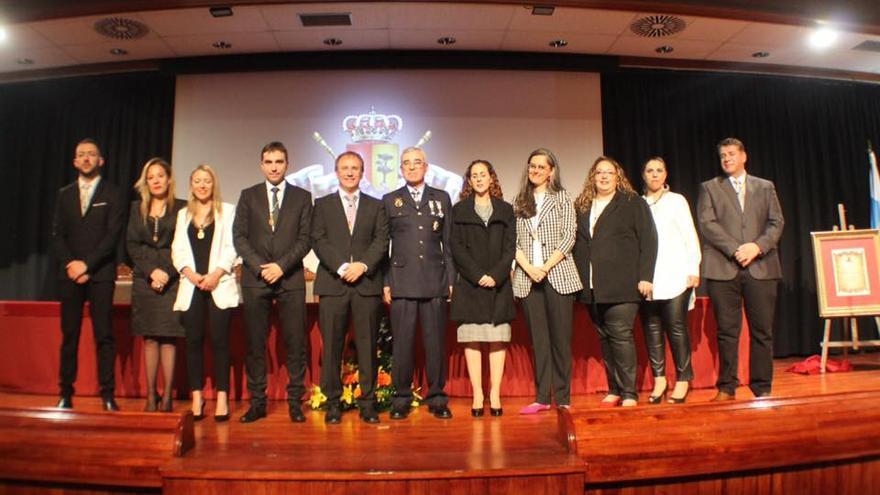 Los miembros de la Corporación junto a Baudilio Morales.