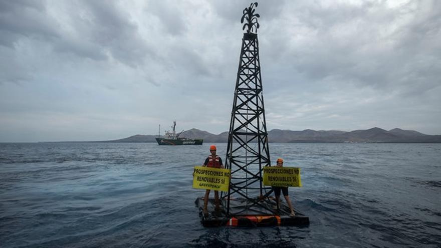 Greenpeace lleva a cabo una acción de protesta contra el proyecto de Repsol de perforar en busca de hidrocarburos en Canarias.