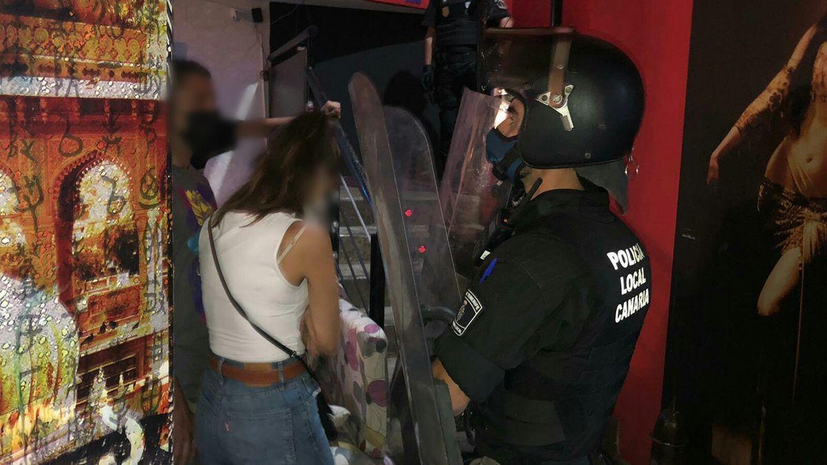 Actuación policial durante el desalojo de un bar en Santa Cruz de Tenerife en octubre con más de 40 personas de fiesta y sin cumplir las medidas sanitarias.