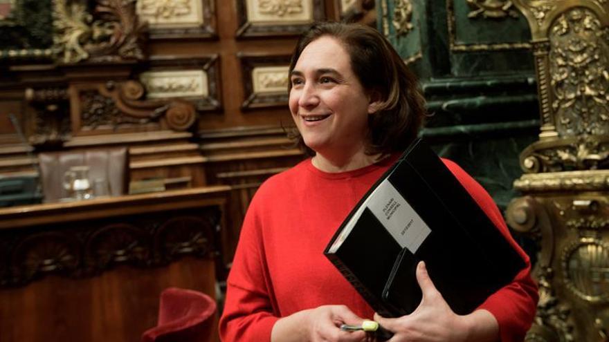 Colau dice que Puigdemont debe considerar apartarse de la función pública
