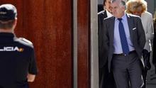 Luis Bárcenas, a su salida del tribunal durante un receso.