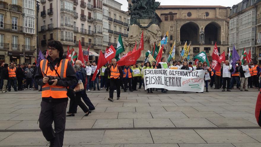 Caminantes de las tres provincias vascas se han reunido en una céntrica plaza de Vitoria para escenificar la salida hacia Madrid.