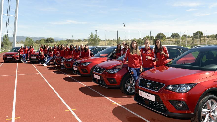 La compañía hizo entrega de los Seat Arona que, a partir de ahora, utilizarán las jugadoras de la selección española femenina