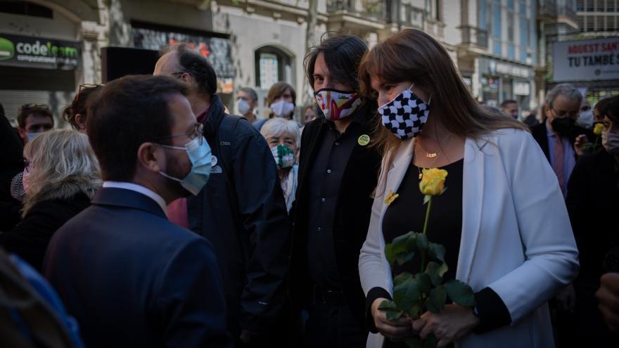 El vicepresidente del Govern en funciones, Pere Aragonès y la presidenta del Parlament, Laura Borràs con una rosa amarilla a su llegada a la acción que la asociación organiza a favor de la amnistía, a 23 de abril de 2021, en Barcelona, Catalunya (España).