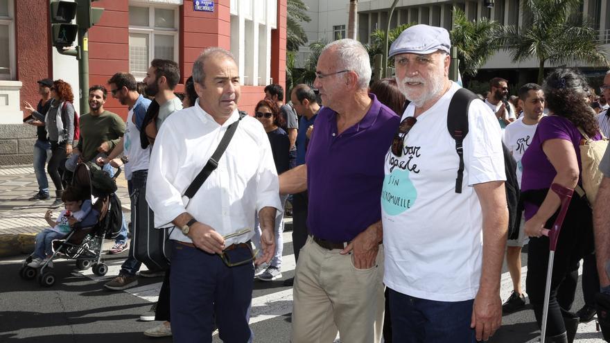 Los diputados de Podemos Paco Déniz y Manuel Marrero en la manifestación contra el macromuelle.
