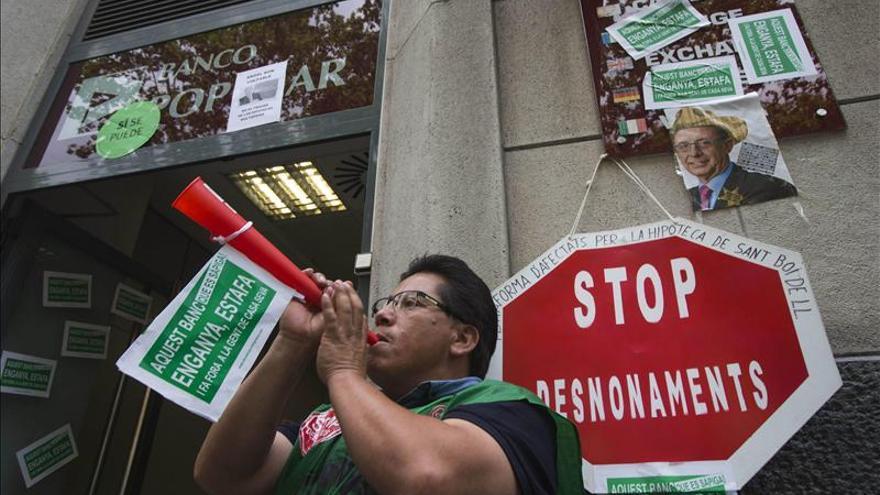 Los Mossos desalojan a los miembros de la PAH encerrados en una oficina bancaria