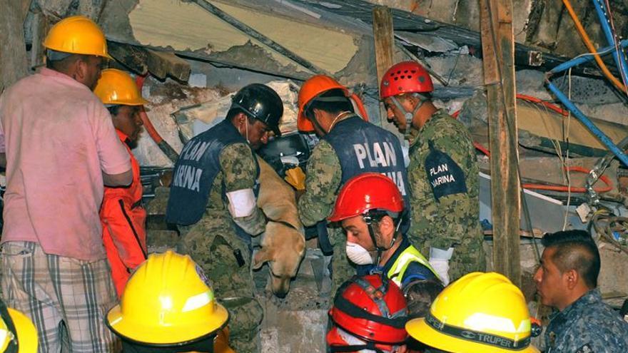 """Los rescatistas están """"muy cerca"""" de salvar a una niña mexicana en la escuela derrumbada"""