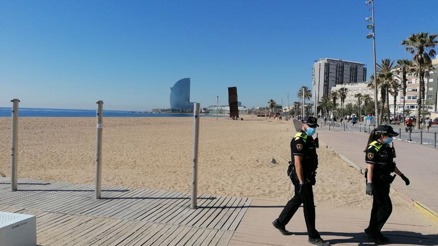 La Guardia Urbana ha controlado que a las 10h. los jóvenes se fueran de la playa