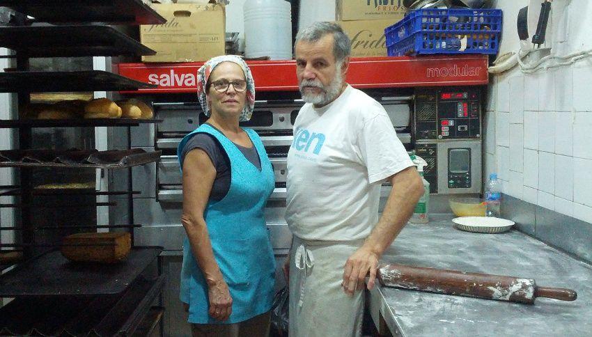 María Luisa y Manolo, hace unos días, en el pequeño obrador de su pastelería