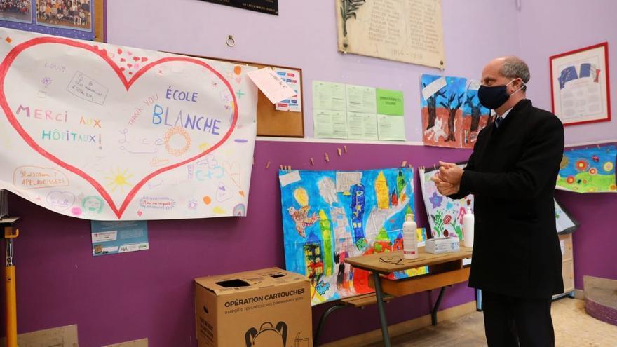 El ministro de Educación, Jean-Michel Blanquer, durante una visita a una escuela abierta para hijos de personal sanitario durante el encierro.
