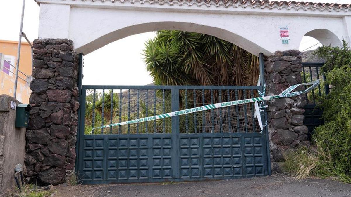 La Guardia Civil registra la vivienda y una finca en Candelaria (Tenerife) de Tomás Antonio G.C., desaparecido al igual que sus dos hijas. EFE/Miguel Barreto