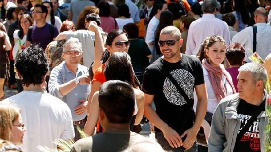Turistas paseando por la Rambla de Barcelona