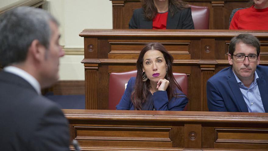Fernando Clavijo comparece en el Parlamento ante la atenta mirada de Patricia Hernández y Lavandera