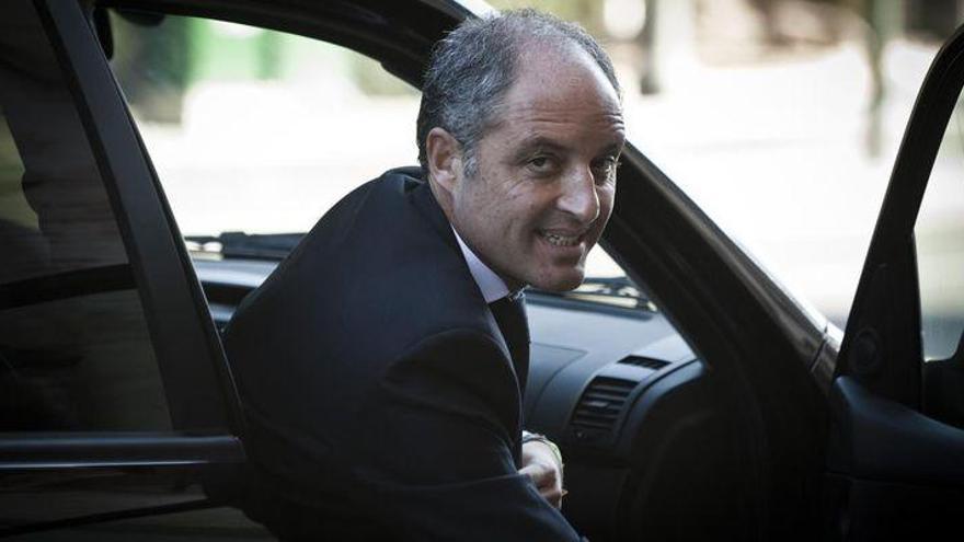 Francisco Camps sale del coche oficial a su llegada al Consell Jurídic Consultiu.