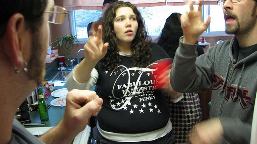 Adultos comunicándose en lengua de signos (Foto: daveynin | Flickr)