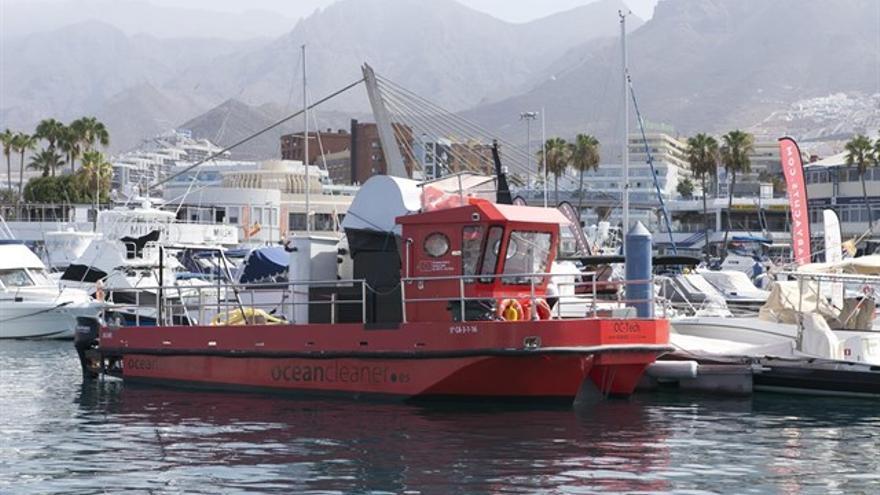 Embarcación activada por Política Territorial para gestionar las primeras manchas vistas en la costa de Santiago del Teide