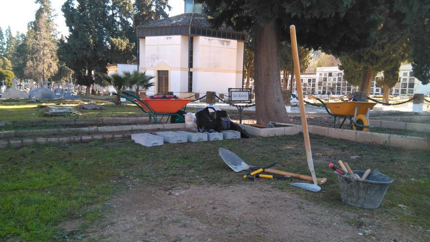 Inicio de los trabajos de exhumación en el cuadro de San Ramón del cementerio de La Salud de Córdoba.