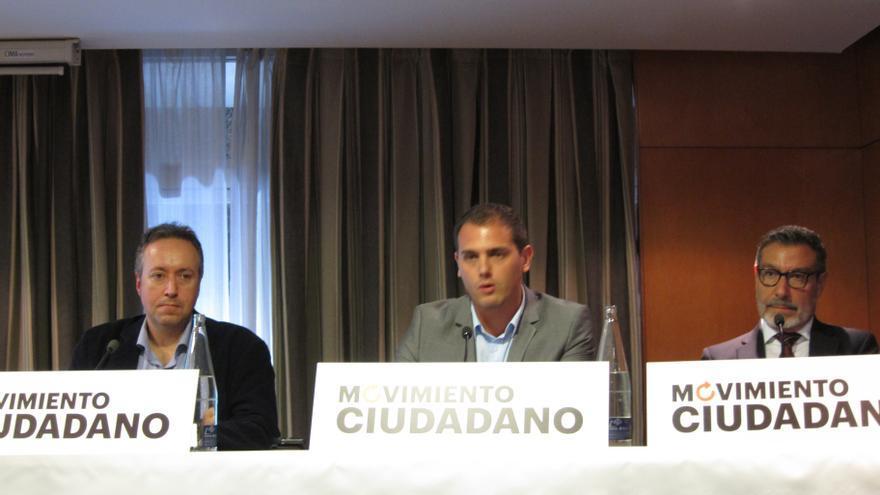 El exministro socialista Antoni Asunción junto a Albert Rivera en la presentación de la plataforma Movimiento Ciudadano
